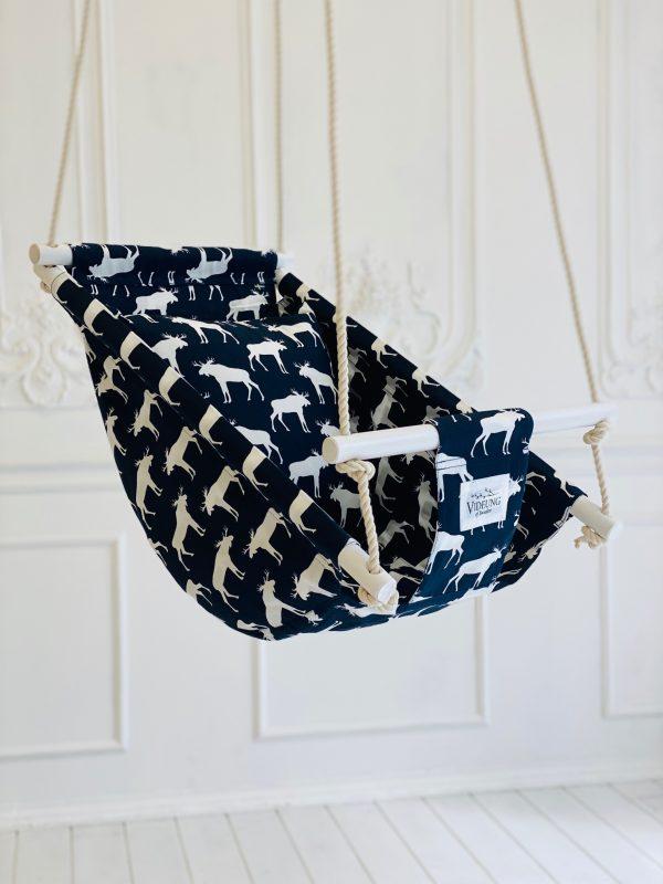 Die Älg Babyschaukel– ein richtig schwedischer Klassiker. Wenn schwedisches Design und Handwerkskunst vom Feinsten sind.