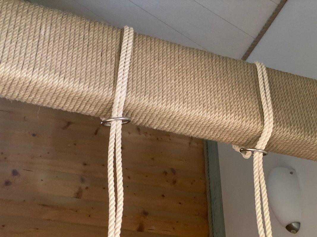 Wenn du zu Hause einen Balken hast, kannst du deine Baby- oder Kinderschaukel ohne Loch oder Haken aufhängen.