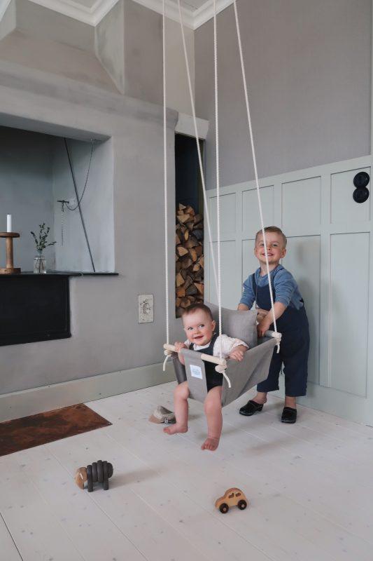 Wie du eine Baby- oder Kinderschaukel von Videung of Sweden aufhängst.
